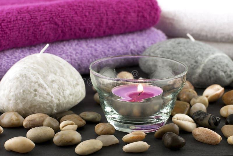 Натюрморт спы с полотенцами, свечами и камнями ванны стоковое изображение
