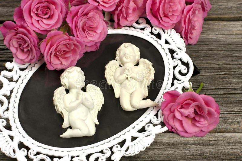 Натюрморт с ангелами и цветками стоковая фотография