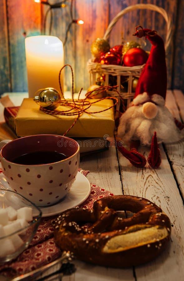Натюрморт с атрибутами чашки чаю и времени рождества стоковые изображения