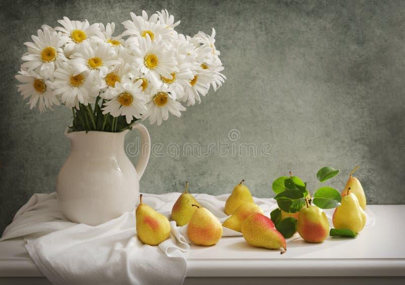 Натюрморт с букетом цветков маргаритки и свежих груш стоковые фотографии rf