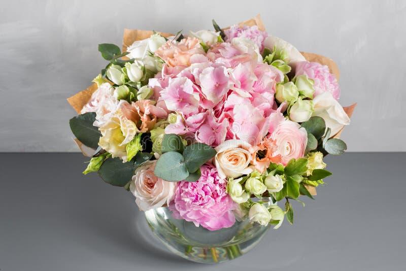 Натюрморт с букетом цветков флорист положил совместно красивый пук цветков Используемая работа человека ручная стоковое фото rf