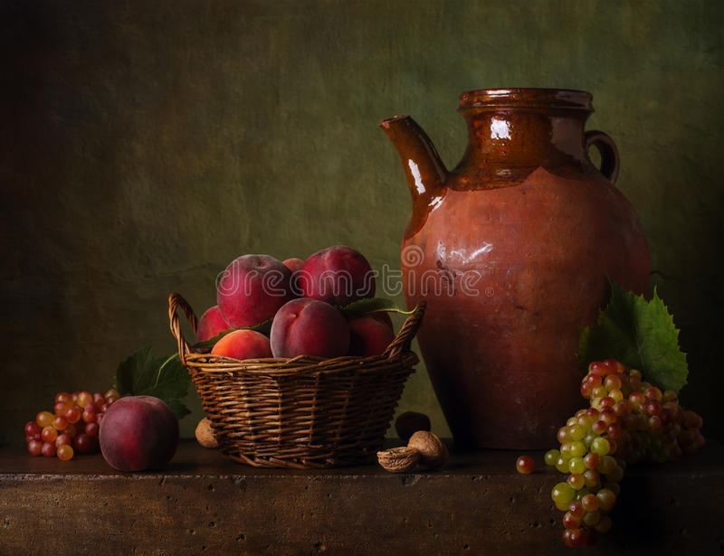 Натюрморт с грушами и виноградинами стоковое фото rf