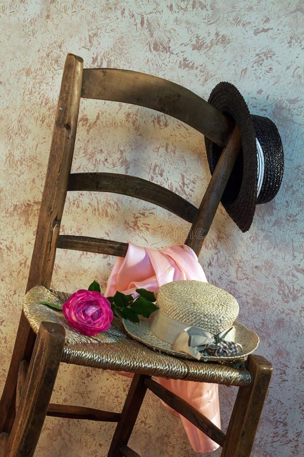 Натюрморт с деревянным стулом стоковое изображение rf