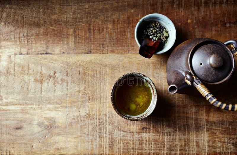 Натюрморт с зеленым чаем в чашке чая ceramik японской стоковые изображения