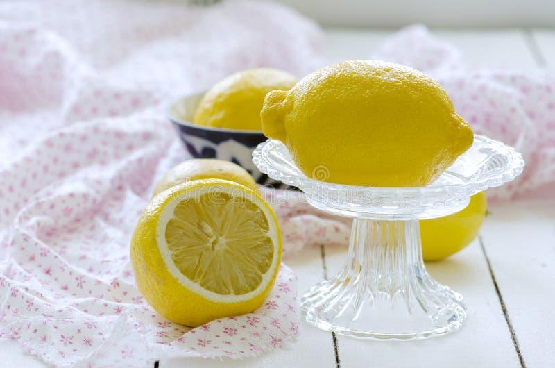 Натюрморт с лимонами в вазе стоковое изображение rf