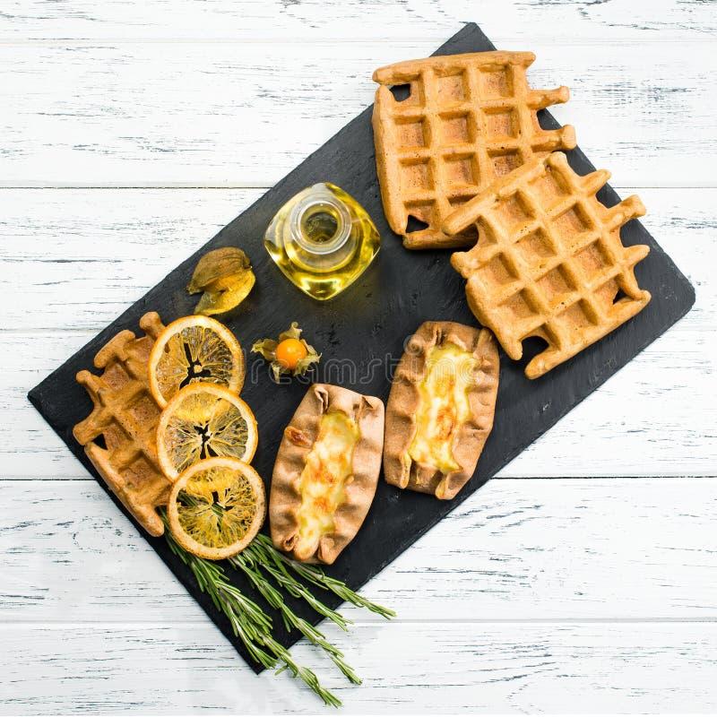 Натюрморт с классическим итальянским сладостным домодельным венским waffle стоковые фотографии rf