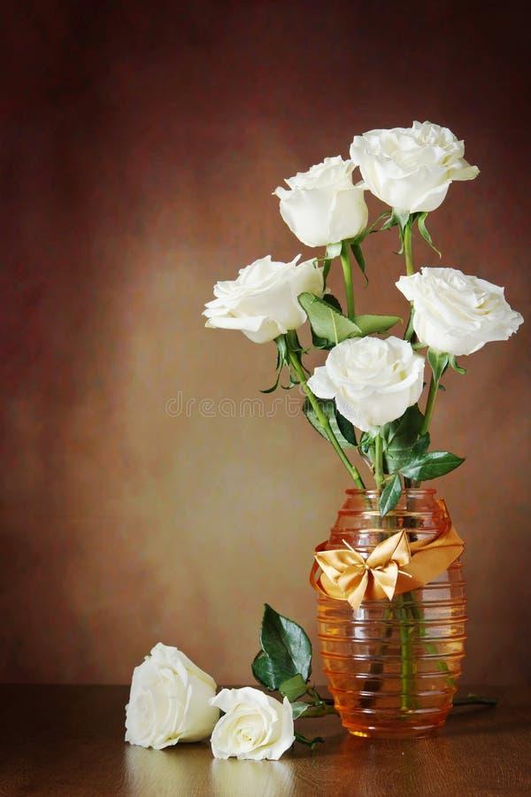 Натюрморт с красивыми белыми розами в вазе стоковая фотография rf