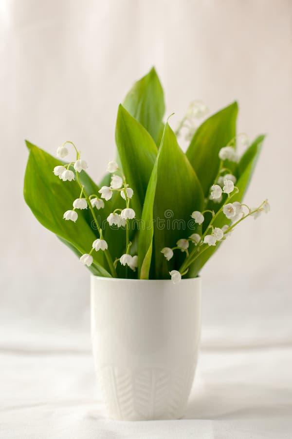 Натюрморт с красивым букетом белых цветков - лилий долины праздник или свадьба, предпосылка времени весны с экземпляром стоковые изображения rf