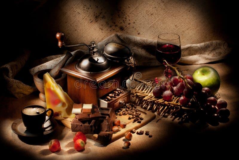 Натюрморт с мельницей и плодоовощами кофе стоковая фотография