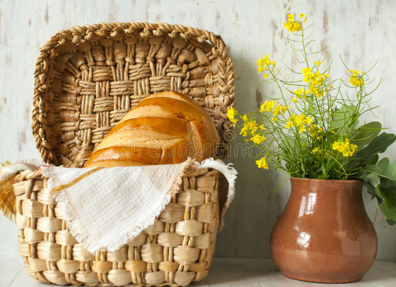 Натюрморт с ломтем хлеба стоковые фотографии rf