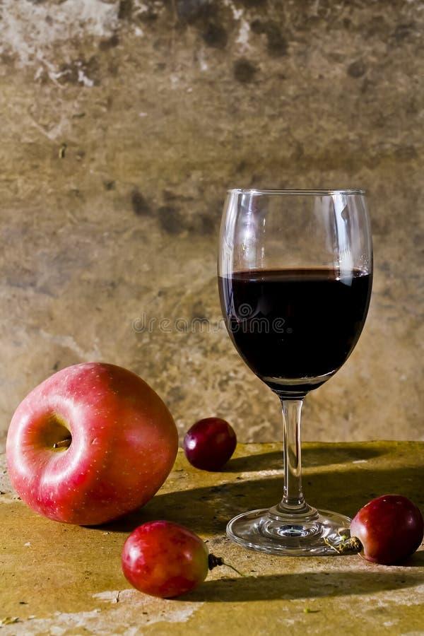 Натюрморт с плодоовощ и вином стоковые изображения