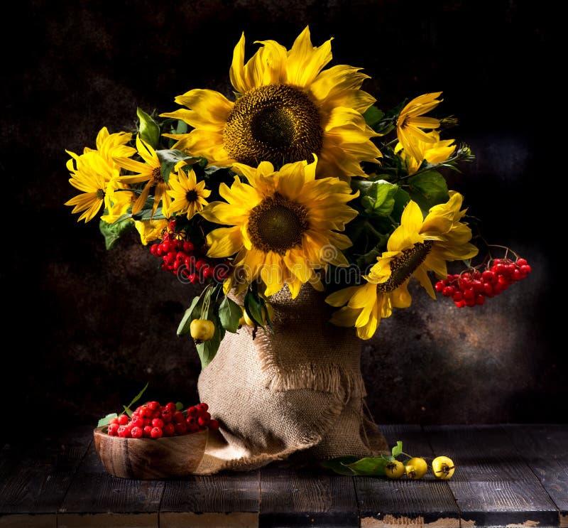 Натюрморт с солнцецветами в вазе стоковые фотографии rf