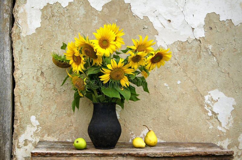 Натюрморт с солнцецветами и грушами стоковое изображение rf