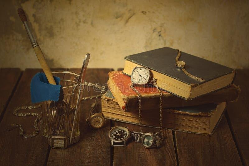 Натюрморт с старыми часами и книгами стоковое изображение