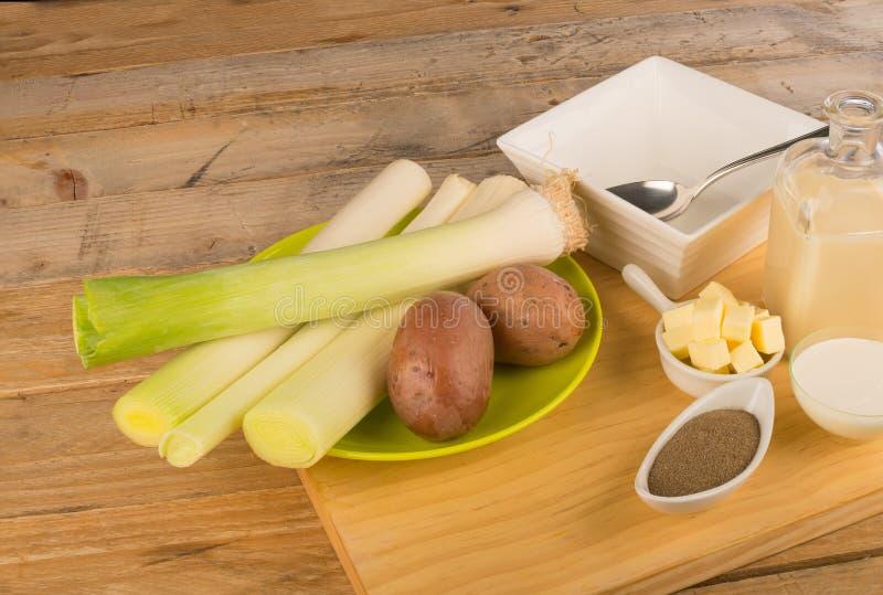 Ингридиенты для супа лук-порея стоковая фотография