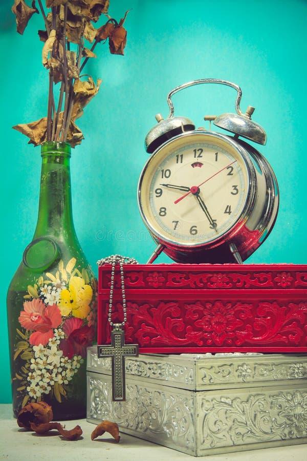 Натюрморт с сломленным будильником, крестом металла с neckl металла стоковые изображения