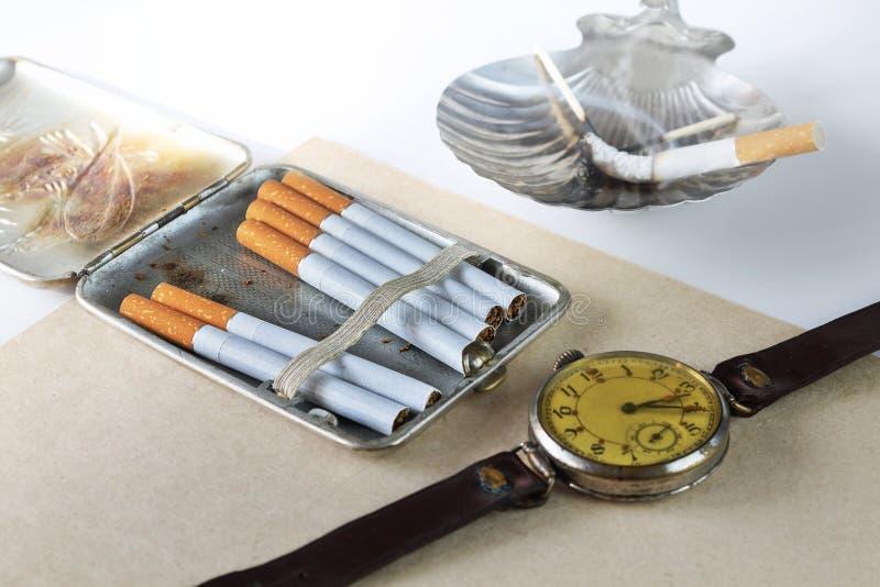 Натюрморт с случаем сигареты стоковые фото