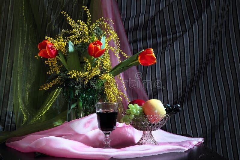 Download Натюрморт с цветками, красным вином и плодоовощами Стоковое Изображение - изображение насчитывающей праздник, виноградины: 37928373