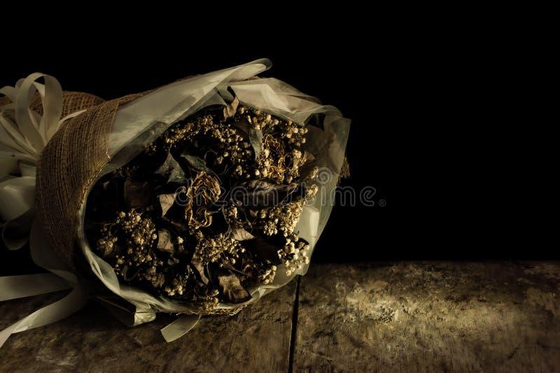 Натюрморт с цветком на черной предпосылке стоковые фото