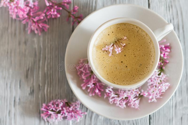 Натюрморт с цветком сирени чашки кофе и весны стоковые изображения