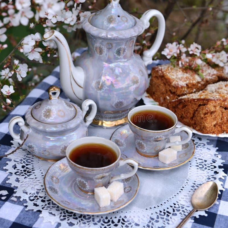 Натюрморт с чашками чаю и тортом дома стоковая фотография rf