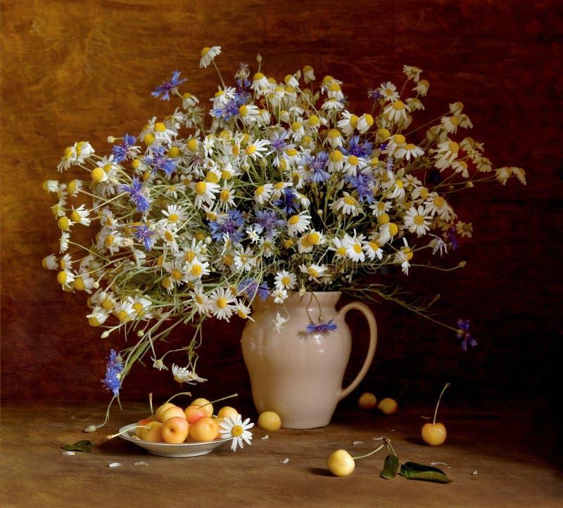 Натюрморт с wildflowers и сладостной вишней стоковое фото rf