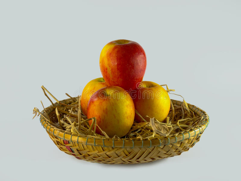 Натюрморт яблок в корзине на белой предпосылке стоковые фотографии rf
