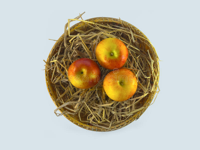 Натюрморт яблок в корзине на белом вершин предпосылк взгляде стоковое изображение