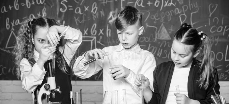 Наука исследовать стоимости o эксперименты по биологии с микроскопом Ученый маленьких ребят стоковое изображение