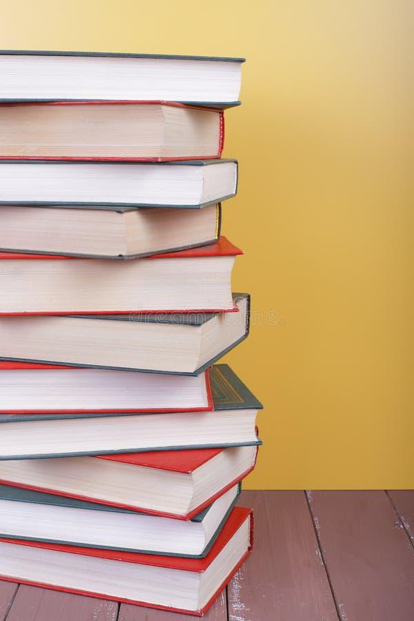 Наука и образование - разделите группу в составе кучи книги colorfull стоковые изображения