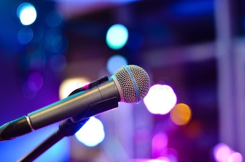 Научите как спеть на микрофоне стоковая фотография
