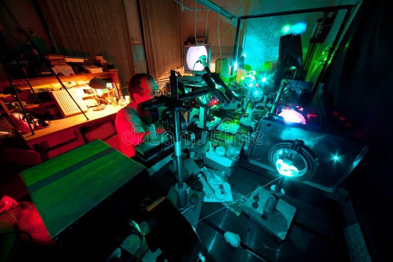 Научный работник включенный в исследовании в его лаборатории стоковое фото
