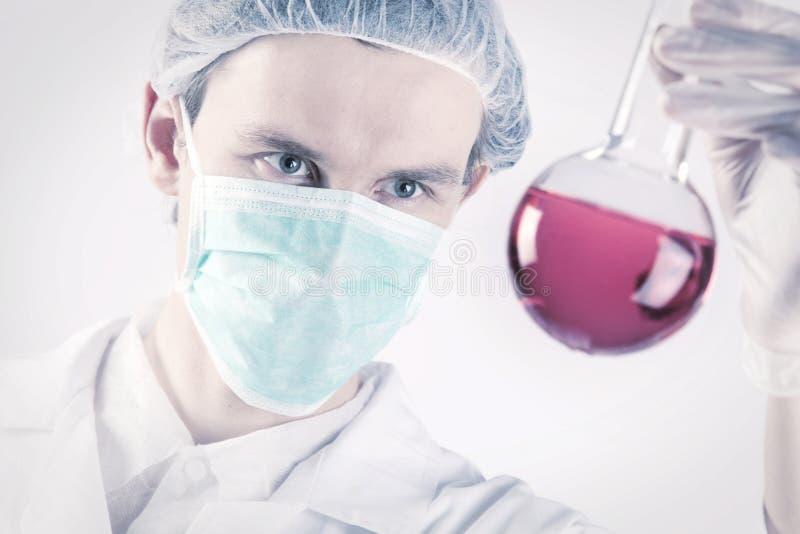 научный работник склянки атомов стоковые фото