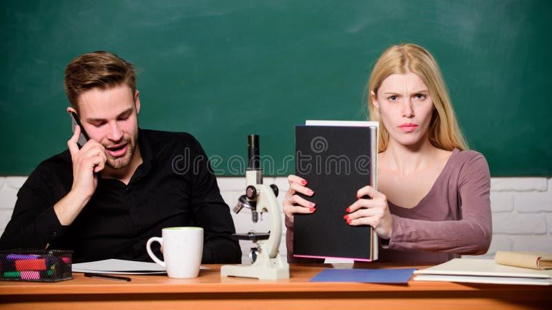 Научный эксперимент Гай и девушка на столе с микроскопом Урок биологии Студенты изучая университет Генетика и стоковые изображения rf