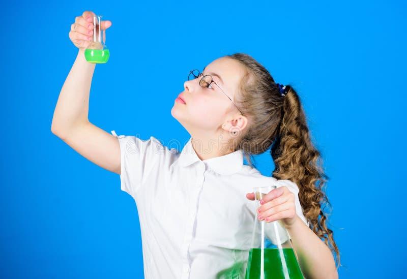 Научный эксперимент исследование науки в лаборатории Небольшая девушка школы образование и знание E o стоковое изображение