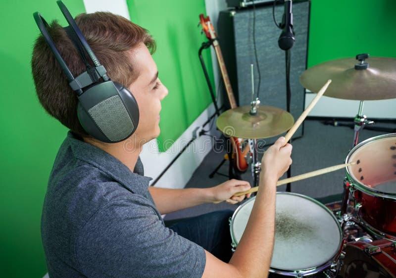 Наушники барабанщика нося пока выполняющ внутри стоковое изображение