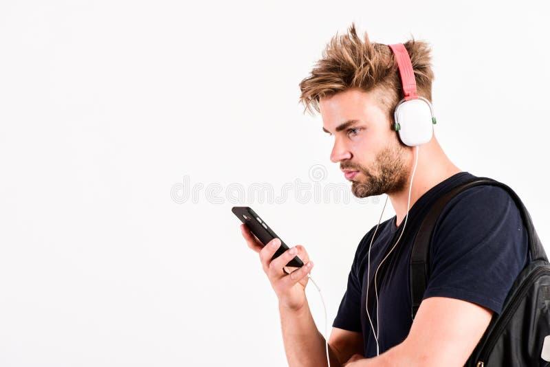 Наушники играя электронный звук mp3 плеер сексуальный мышечный человек слушать музыка на mp3 плеере телефона человек с mp3 плееро стоковая фотография