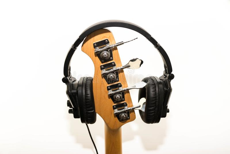 Наушники на басовой гитаре изолированной на белой предпосылке стоковые фотографии rf