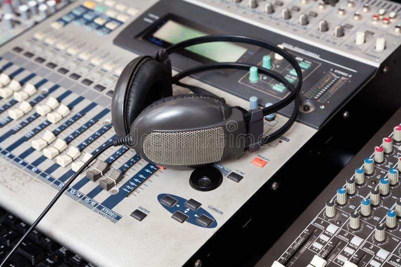 Наушники на смесителе музыки в студии звукозаписи стоковое изображение rf