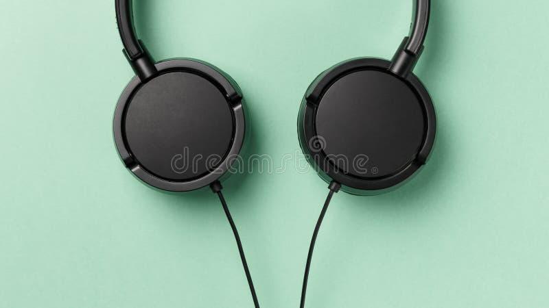 Наушники черноты конца-вверх Концепция музыки стоковая фотография
