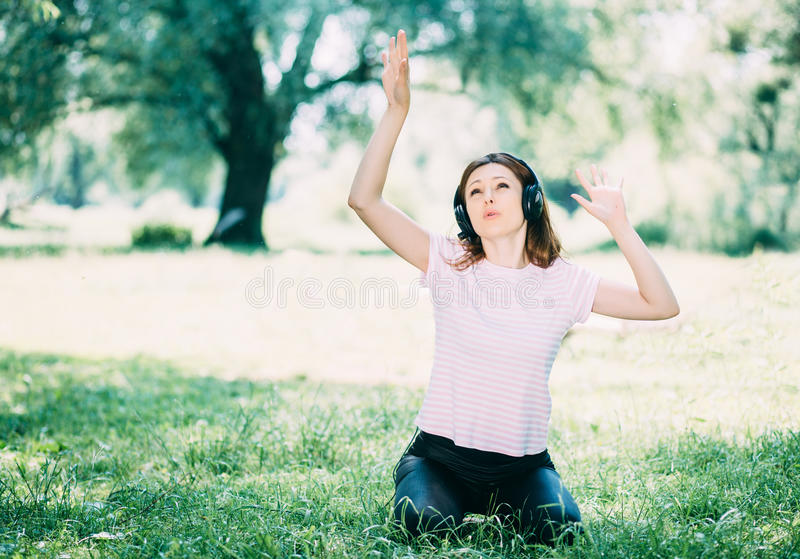 наушников женщина outdoors стоковое изображение rf