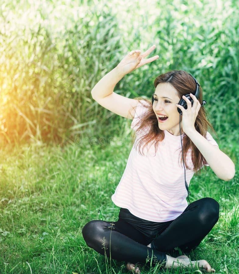 наушников женщина outdoors стоковые фото