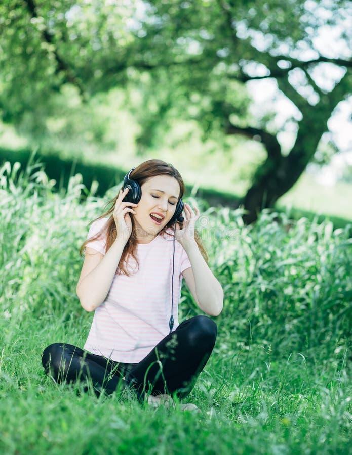 наушников женщина outdoors стоковые фотографии rf