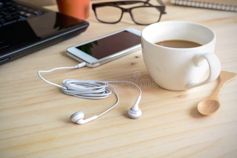 Наушник с чашкой кофе стоковое изображение rf