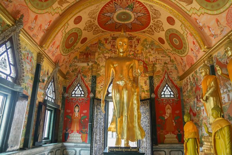 Нахонпатом/Таиланд - 16 августа 2019 года: прекрасная золотая статуя Будды в храме для веры и уважения стоковая фотография