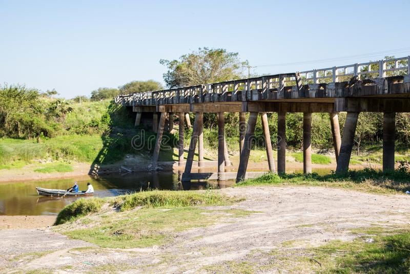 Национальное шоссе маршрута 9 бежит сверх мост реки в парагвайск саванне Gran Chaco, Парагвае Ruta Nacional Transchaco стоковое изображение