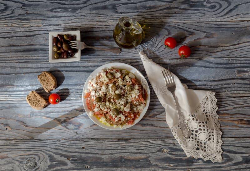 Национальный критянин, греческие dakos закуски стоковые фото