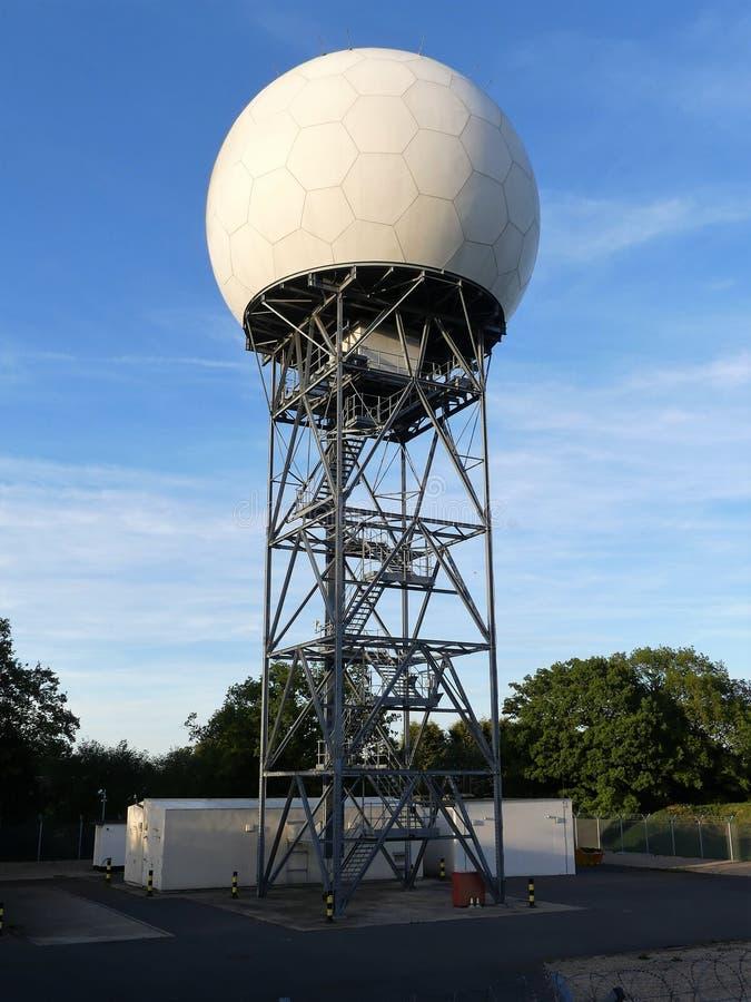 Национальный купол радиолокатора обслуживания NATS воздушного движения на длинной майне, Bovingdon стоковая фотография rf