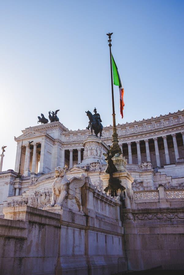 Национальный монумент к Виктору Emmanuel II с итальянским флагом стоковое фото