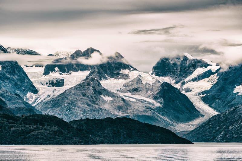 Национальный парк залива ледника, Аляска, США Взгляд перемещения круиза Аляски сценарный снега покрыл горы на заходе солнца Краси стоковые фото